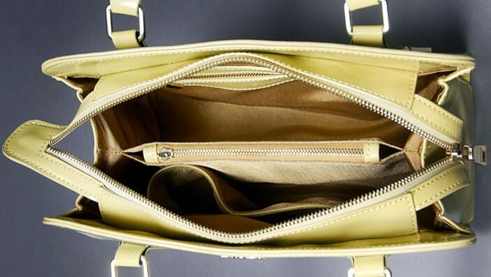 Многие сумки застегиваются намолнию