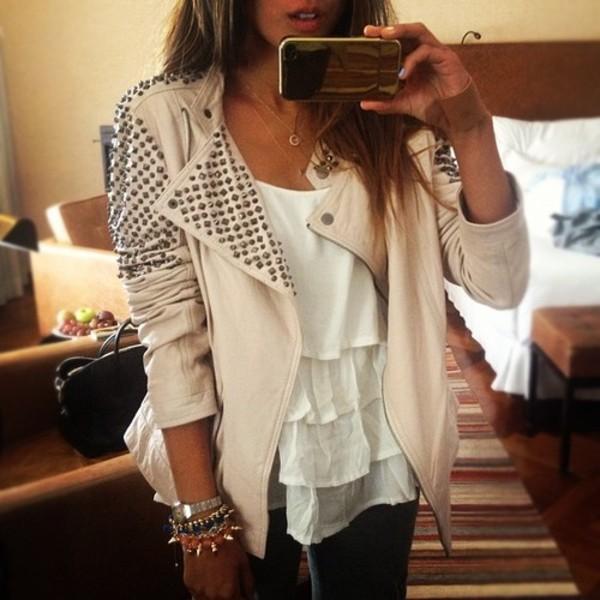 Женская клёпаная куртка-косуха всочетании слёгким топом